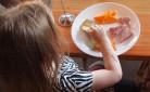 Alimentazione dei bambini durante la mensa scolastica