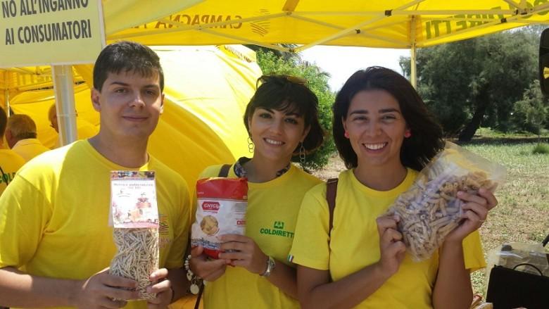 Etichettatura d'origine, giovani agricoltori mostrano pasta fatta con grano 100% Made in Italy