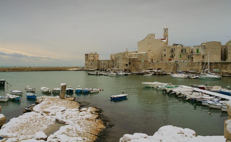 Maltempo Italia, il porto di Giovinazzo con la neve