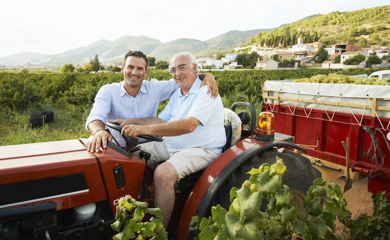 Festa del papà: padre e figlio agricoltori festeggiano nella propria azienda