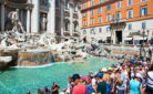Siccità e caldo hanno colpito anche Roma. Turisti alla Fontana di Trevi.