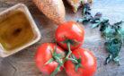 Pomodoro e olio, alcuni prodotti base della dieta mediterranea