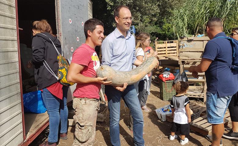 """Il presidente di Coldiretti Roberto Moncalvo e alcuni cittadini mentre acquistano in azienda le """"zucche della solidarietà"""""""