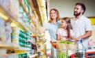Famiglia durante la spesa alimentare